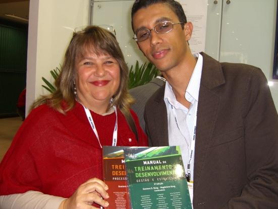Recebendo  os meus exemplares do representante da Editora Pearson Education